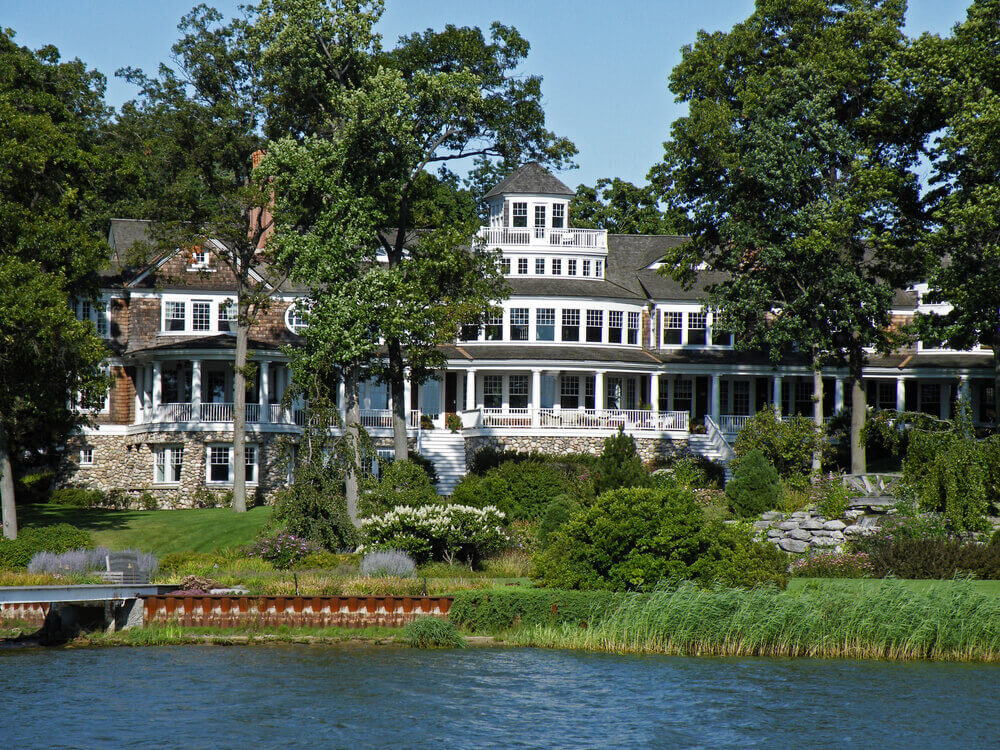 Elegant mansion on the lake