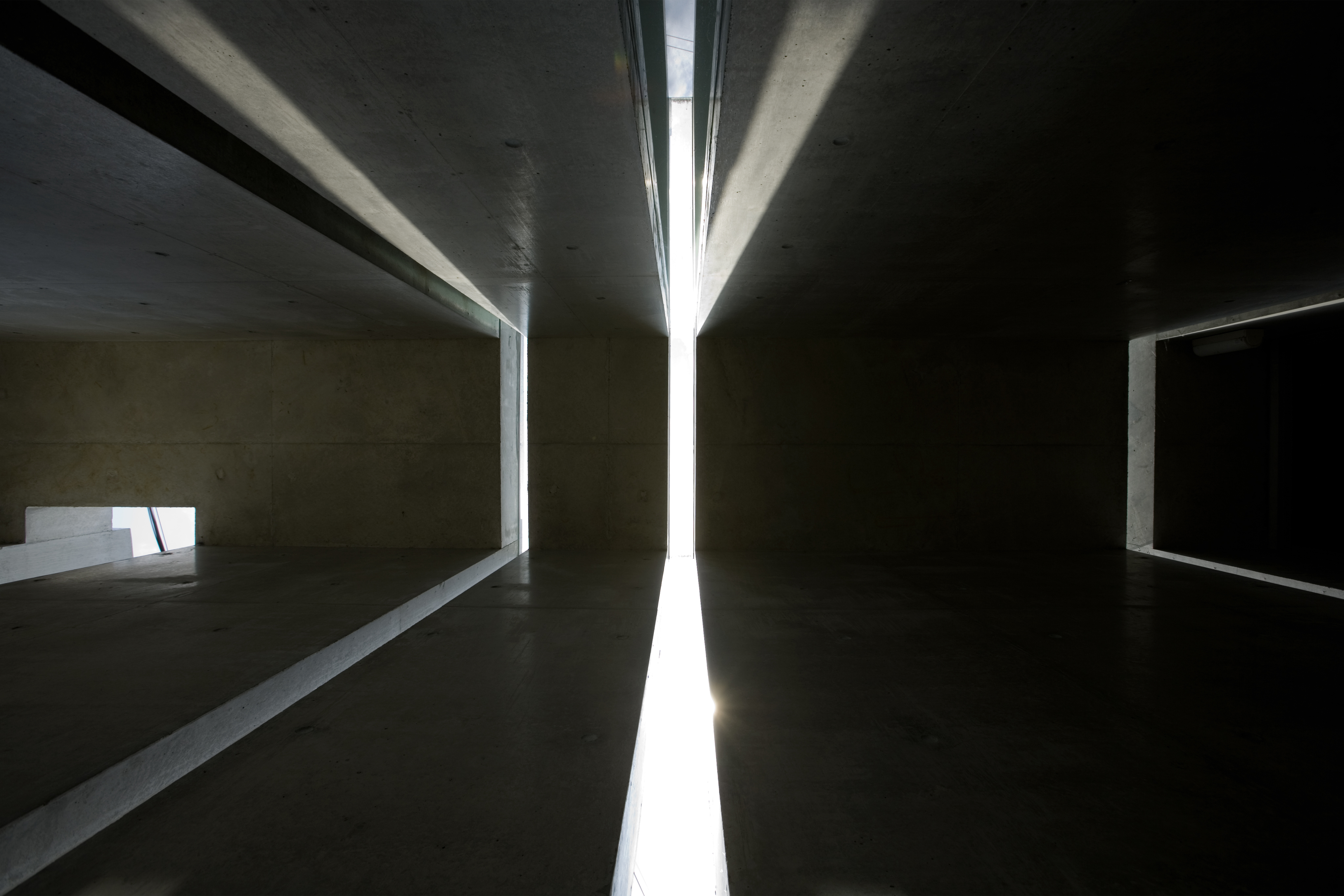 A perfect example of the intention behind the slits: a wide array of light filters in through a small opening, granting ample brightness for a minimal surface area.