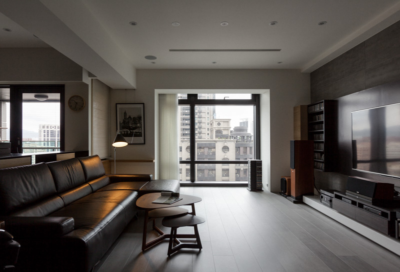 The immense windows are partially framed by a lowered ceiling space, framed in black. The minimalist layout allows for a large visual space.