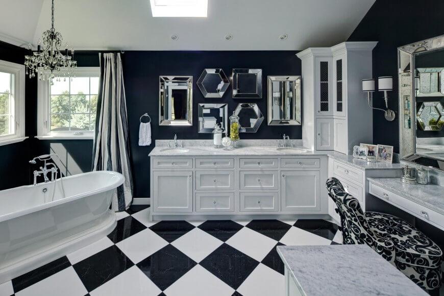 Salle de bain principale bleu et blanc frappante par Drury Design