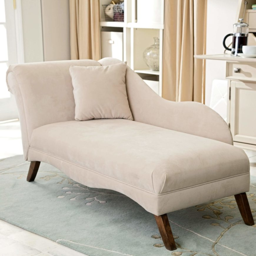 The one-arm variation on the chaise lounge features, naturally, a single arm on one side of the seat. These are often set into corners or placed next to sofas or other pieces of furniture.