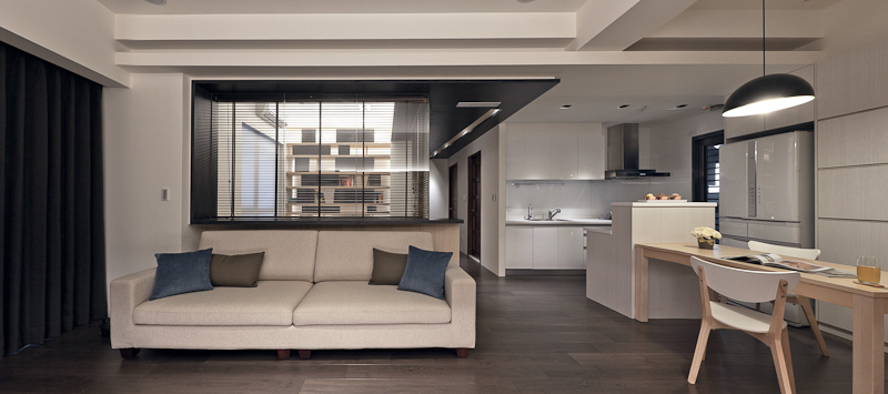 Returning the central living space, we can see how the open design and abundance of natural wood tones allows for a truly coherent visual experience.