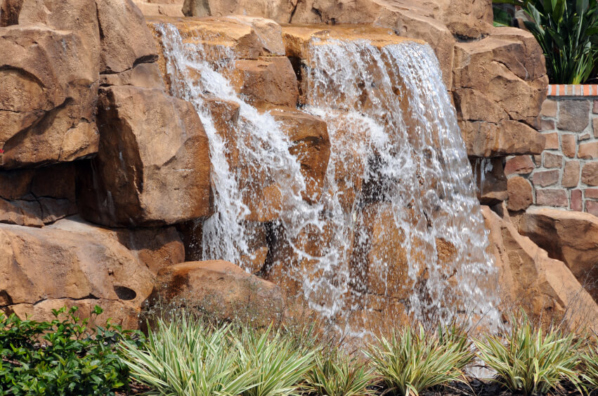 With a little more water pressure, you can get a more violent, splash-filled waterfall effect. This is somewhat less relaxing than a gentle trickle, but far more stunning.