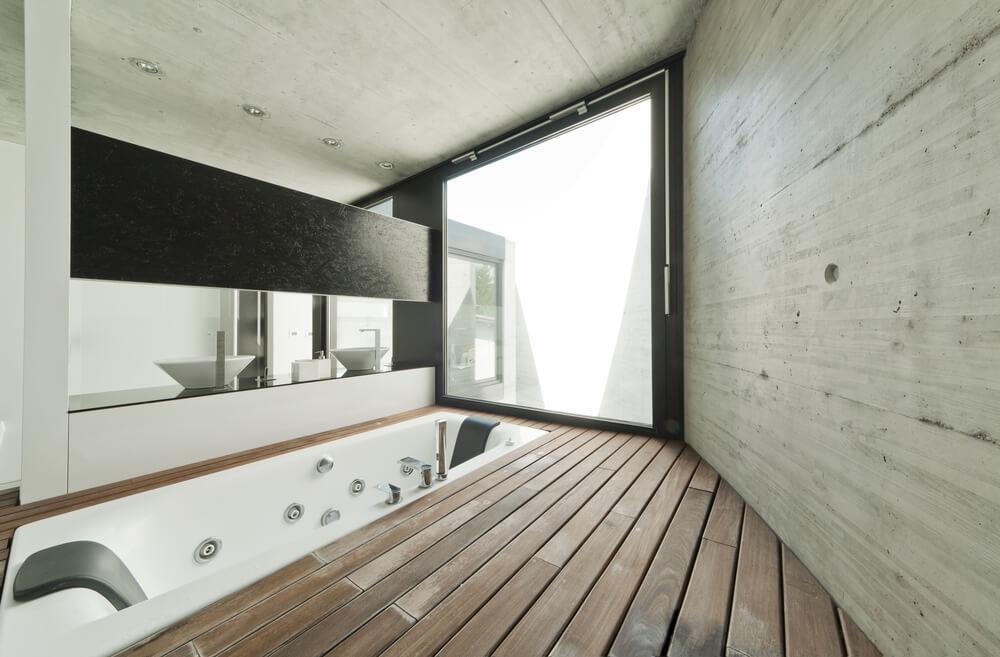 Une configuration de salle de bain principale unique avec une baignoire encastrée sur le plancher de bois franc.  La salle offre également une paire de lavabos.