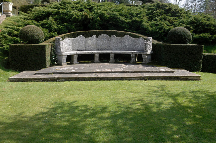 Using a hedge to enhance this already beautiful bench brings this space to a whole new level. The gracefully arching hedge in the back makes this stone bench seem more intimate.