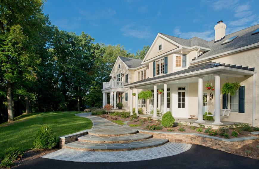 L'extérieur fini de la maison, un changement de couleur, un nouveau toit et l'ajout de plusieurs porches associent ce nouveau look avec facilité.