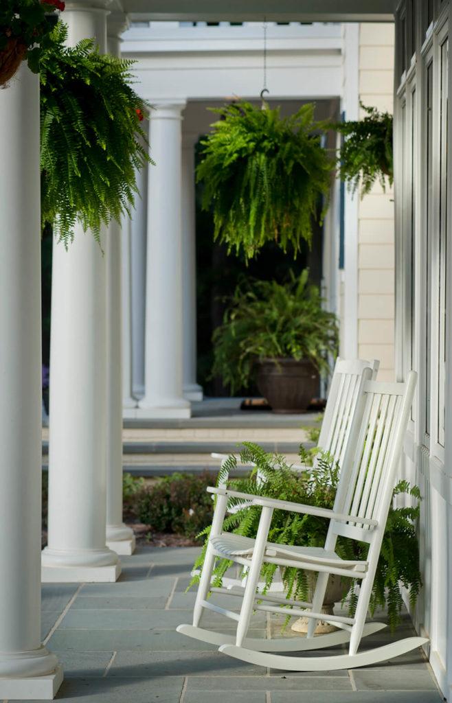 Chaises à bascule sur le porche avant de la maison.  Nous espérons que vous avez apprécié ce remodelage absolument stellaire par 2e Architects!