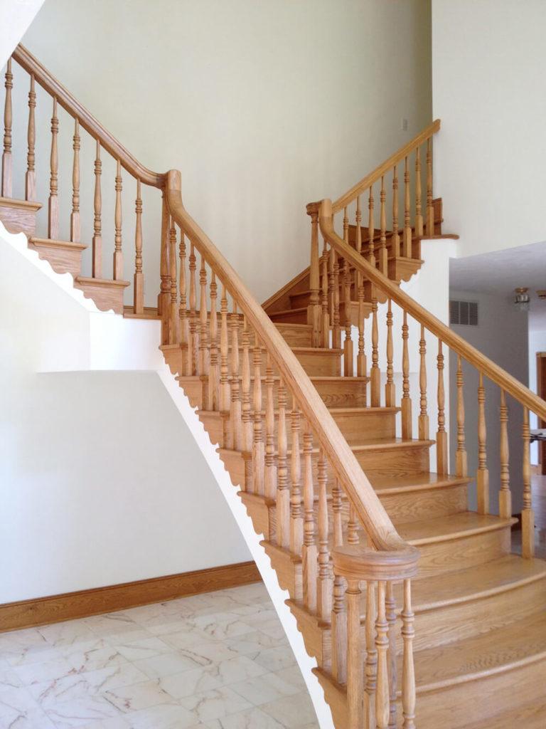 Comparés aux murs blancs, ces escaliers semblent sombres et lourds, coupant les murs nus sans aucun préambule.  Le bois de l'escalier est magnifique, donc le maintenir était un objectif des concepteurs.  Cela, bien sûr, ne signifiait pas qu'ils ne pouvaient pas donner un coup de jeune à ces beaux escaliers.
