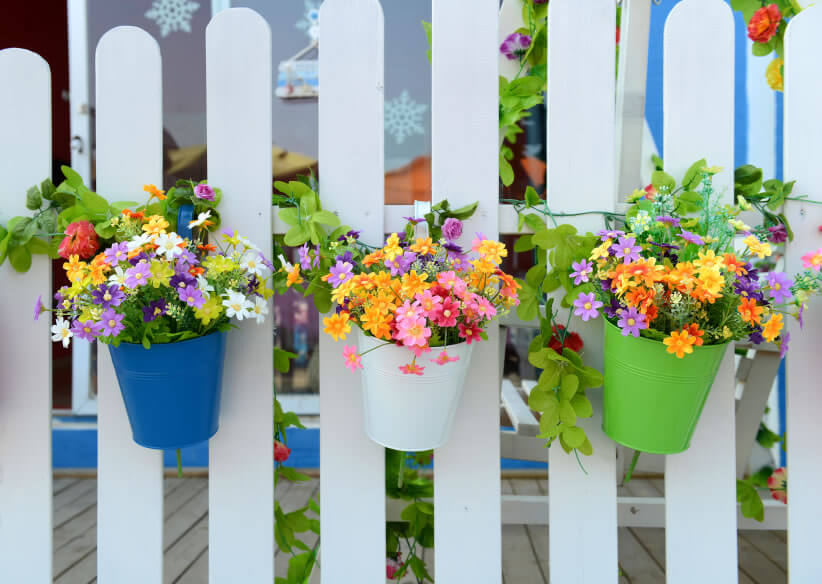 8-vertical-garden Taking a turn at the traditional white picket fence, splashes of color, in the form of colored pots and batches of flowers, helps turn the placid whiteness into an exciting cornucopia of hues.