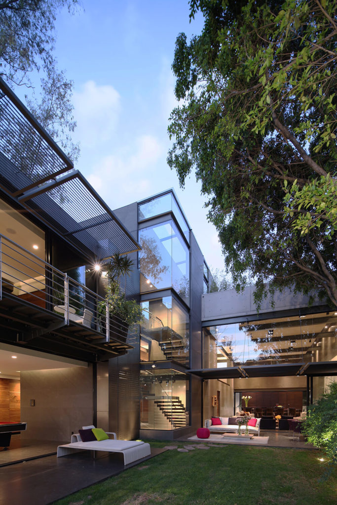 Here we can see how the lengthy volume pivots on a taller section housing the staircase, at center. Massive glass panels comprise the exterior on the southern side of the home, offering up expansive views from virtually anywhere inside.