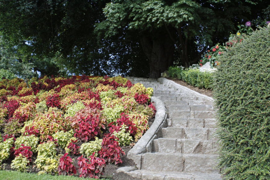 This style of stone steps is timeless and classic. These types of steps have been stylish throughout history and will last for many years to come. With fine craftsmanship you can be proud of your stone steps for a long time.