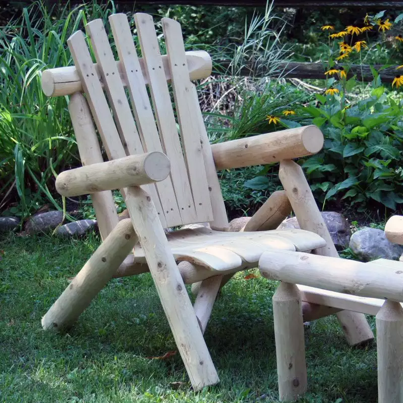 The natural wooden legs and arms on this chair give it a rustic look. This is ideal for rugged outdoor spaces and wild gardens where nature is the main attraction. The matching footstool provides another element of comfort.