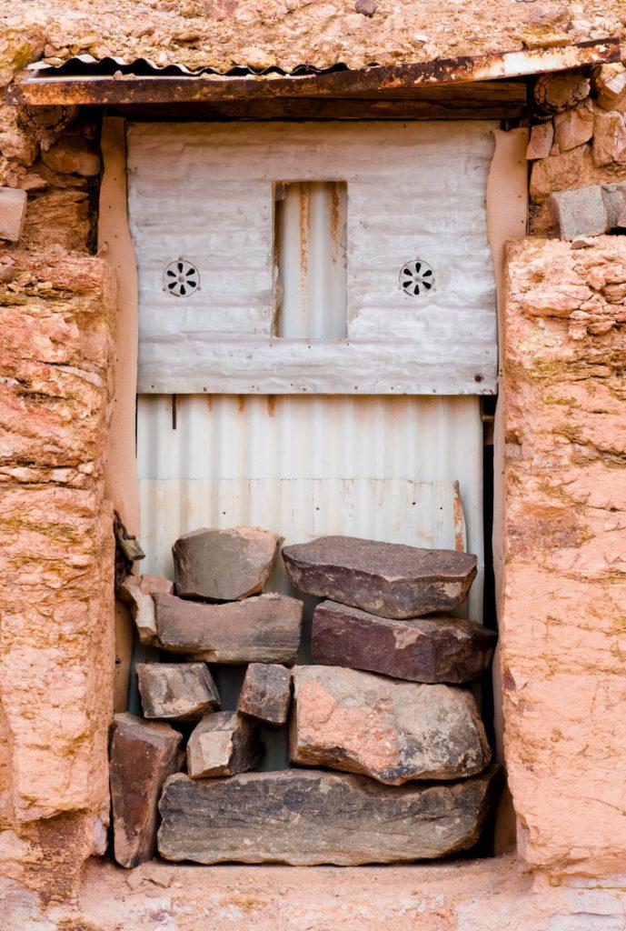 Voici une porte d'entrée délabrée et couverte qui n'a pas été utilisée depuis des années.  À mesure que l'exploitation minière se déplace plus loin dans les tunnels, les points d'entrée changent.