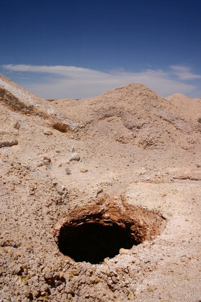 Il s'agit de l'un des nombreux puits verticaux intégrés à Coober Pedy, un danger courant pour quiconque se trouve dans la région.  Ceux-ci fournissent une ventilation importante à la ville souterraine.