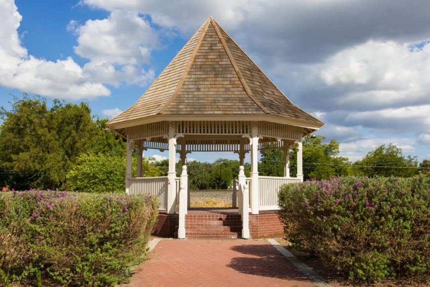 Gazebos like this can work with many kinds of landscaping elements and gardens.