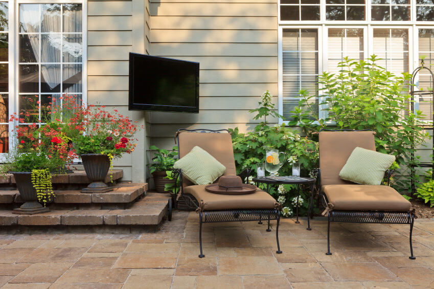 String of nickels or string of pearls add up to the drama of flower pot gardening. The gothic designed pots are stylish adding to a dramatic and nostalgic ambiance.