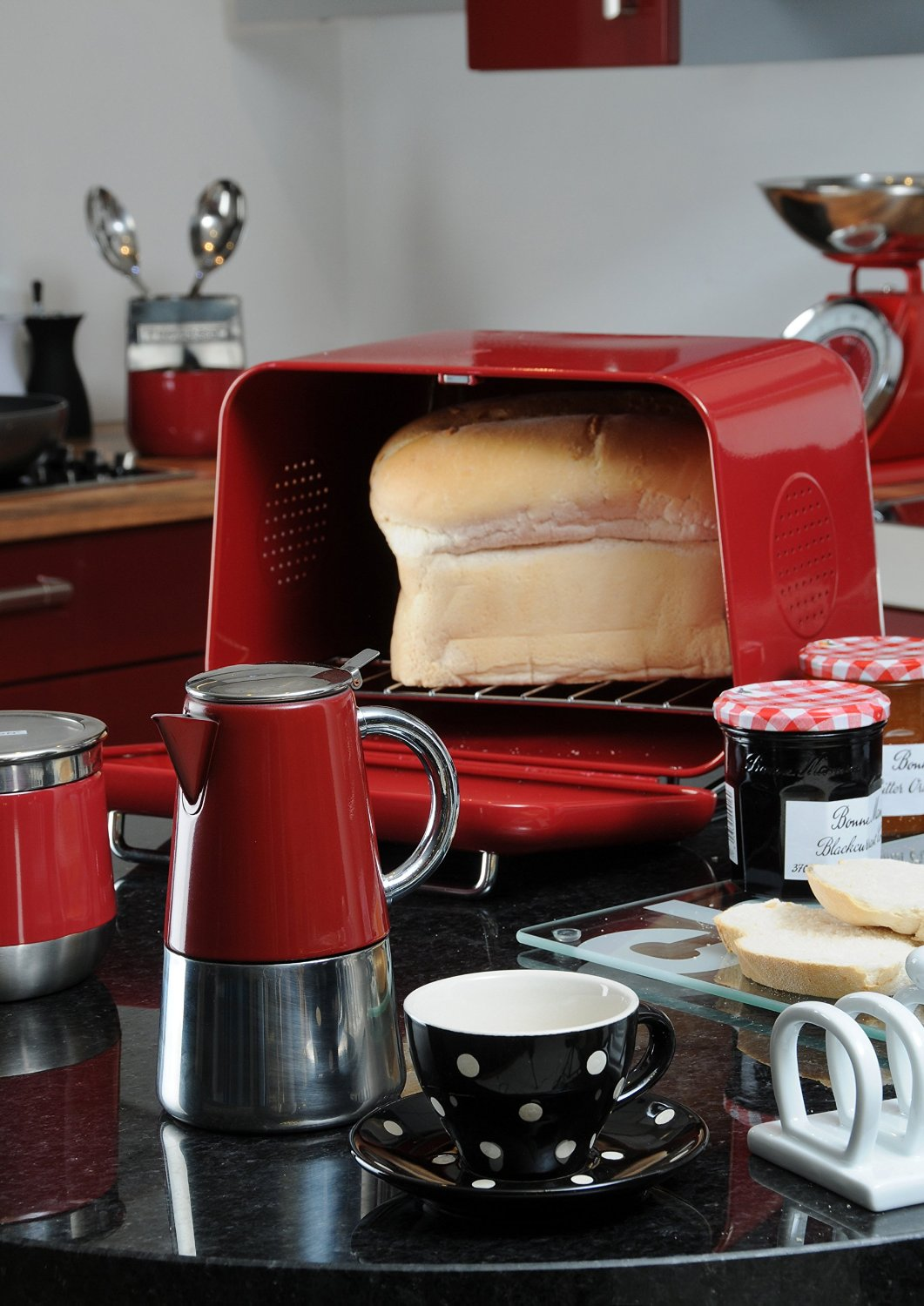 This bread box is a 1950s retro-style bread box. It comes with a pull-open door, making it easier to load a loaf of bread into it.