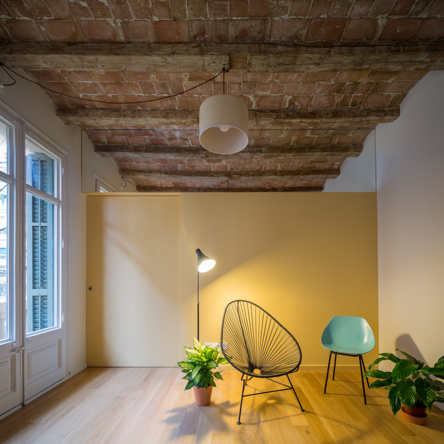 The touch of white and ochre walls are indeed illuminating, giving the space a cool and neat modern look despite the traditional touched ceiling.