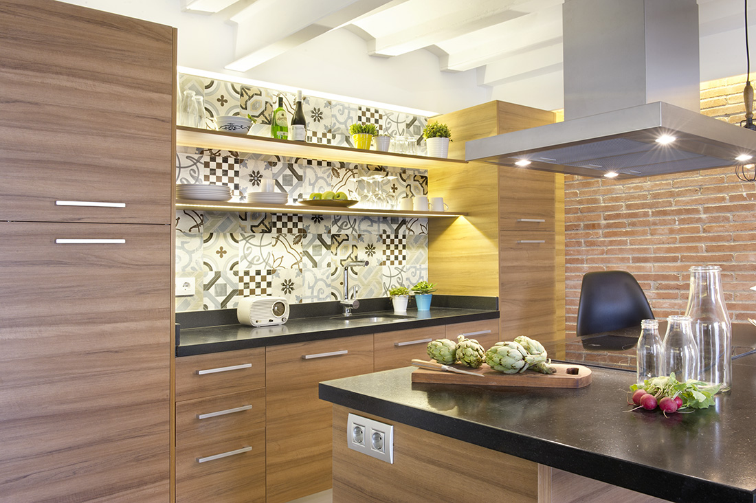 Cool wall patterns behind the dish racks are quite artsy while the simple and plain cabinet are at their most functional style, keeping all the clutter hidden.
