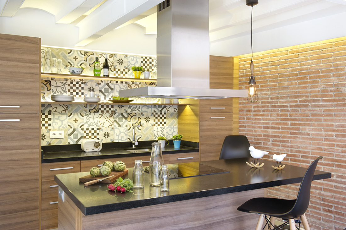 Light oak or maple wood cabinets and table with granite kitchen counter looks fabulous on its soft and simple design.